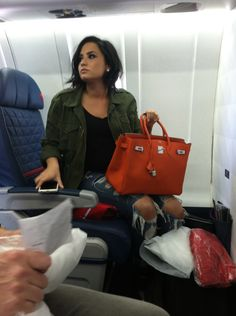 Demi Lovato News on Embedded image - Fresh Drinks Demi Lovato Short Hair, Demi Lovato Style, Demi Lovato No Makeup, Demi Love, Role Models, Beautiful People, Short Hair Styles, Celebrity Style, Hair Cuts