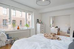 Dormitorio amplio con ventanal grande. Paredes blancas en dormitorios. Dormitorios iluminados. #decoracioninterior #habitaciones