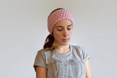 Super Simple Earwarmer/Headband Pattern. Works up really fast and makes a great gift! Worked in the round with a seamless design. If you're looking to make a set check out my pattern for Seneca Mitts which were made to go with this head wrap!