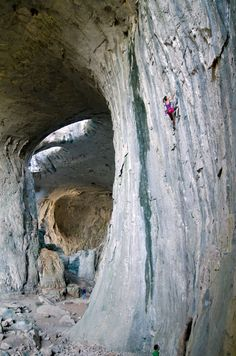 Heather Weidner on Varna (7b/5.12b) at Karlukovo. Photo: Ruslan Vakrilov - climbing in Bulgaria, escalade