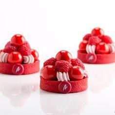 Honoré by Maria Selyanina Fancy Desserts, Gourmet Desserts, Plated Desserts, Delicious Desserts, Dessert Recipes, Patisserie Design, Decoration Patisserie, Pastry Art, Beautiful Desserts