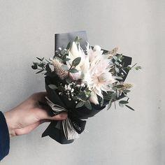 . Lesson Order Katalk ID vaness52 E-mail vanessflower@naver.com . #vanessflower #vaness #flower #florist #flowershop #handtied #flowergram #flowerlesson #flowerclass #바네스 #플라워 #바네스플라워 #플라워카페 #플로리스트 #꽃다발 #부케 #원데이클래스 #플로리스트학원 #화훼장식기능사 #플라워레슨 #플라워아카데미 #꽃수업 #꽃주문 #부케 #花 #花艺师 #花卉研究者 #花店 #花艺 . . #미니다발 #꽃밤 . . 남자친구분 드린다구 수줍게 미니다발 가져가셨던 예쁜분이 생각나는밤 선물 잘하셨길 바래요