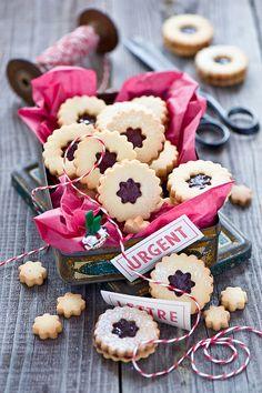 Linzer Cookies in Crafty Packaging Jam Recipes, Sweet Recipes, Cookie Recipes, Jam Cookies, Galletas Cookies, Sandwich Cookies, Christmas Jam, Christmas Baking, Christmas Cookies
