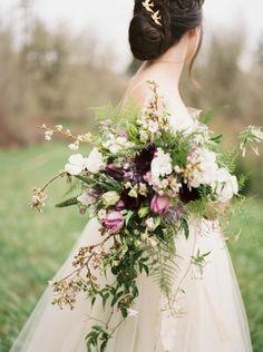 Um belo bouquet desarrumado e orgânico. Perfection e mais nada é preciso dizer. Visto no Wedding Sparrow, com fotografia de Jamie Rae Photo e flores de Swoon Floral Design.