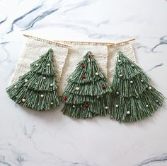 60 Minimalist Christmas Decoration On A Budget. Some of the most creative and unique christmas tree decorating ideas are actually the ones that are the cheapest. Weaving Wall Hanging, Weaving Art, Weaving Patterns, Loom Weaving, Tapestry Weaving, Unique Christmas Trees, Merry Christmas, Christmas Crafts, Christmas Decorations