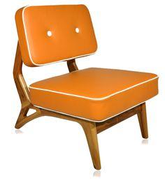 Edição especial da poltrona básica, em couro natural laranja exportação e debrum em couro natural bege.    www.desmobilia.com.br