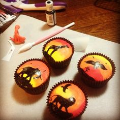 Melted chocolate+printed stencils = animal silhouettes, semi-mixed red yellow and orange icing/fondant for sunrise. A complicated version of something that could be easily done using just fondant/ edible pens. Lion King Party, Lion King Birthday, Leo Birthday, 10th Birthday Parties, Birthday Ideas, Safari Wedding, Safari Party, Lion King Cupcakes, Disney Inspired Food