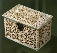 carving on bone . end of 17 centuries Antique Chest, Antique Boxes, Antique Items, Decorative Objects, Decorative Boxes, Pictures On String, Style Steampunk, Buddha Sculpture, Old Boxes