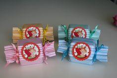 Embalagem em scrap para balas ou confeitos, em formato de bala, decorada com tag no motivo de Moranguinho baby e fita de cetim. <br>Tem grande efeito visual na decoração de mesa de festa. <br>Pedido mínimo 10 unidades. <br>Faço em outros temas e cores. Scrapbook, Grande, Advent Calendar, Gift Wrapping, Holiday Decor, Party, Gifts, Home Decor, Strawberry Baby