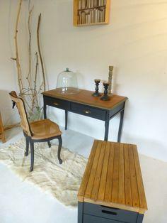 Ensemble d'une table et d'un coffre relooké bois et noir, poignées coquilles