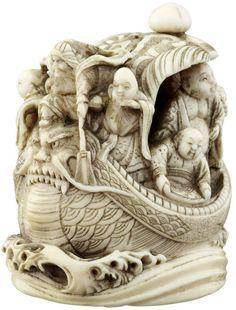 Grosses Netsuke Japan um 1900. Elfenbein. Die sieben Glücksgötter mit Dienern auf ihrem Schatzschiff. Basis mit Himotoshi und Signatur. Risse. Länge 6 cm Höhe 6.5 cm