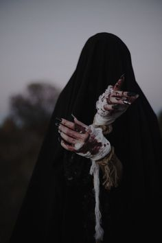 witch aesthetic dark - Hands - Black magic has traditionally referred to the use of supernatural powers or magic for evil and self - Dark Fantasy Art, Dark Art, Images Terrifiantes, Half Elf, Yennefer Of Vengerberg, Dark Witch, Witch Aesthetic, Aesthetic Dark, Arte Obscura