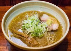 《 秋葉原 》近辺で味噌ラーメンが食べたくなったら、間違いなくここがオススメ。ラードで覆われたスープは超熱々で、甘みやコクのある味わいと味噌の風味が素晴らしい。修業先である札幌味噌の王道を受け継ぎつつ、そこに本家とは異なる東京の製麺所の麺を合わせるなどのオリジナリティも光ります。ちょっと脂っこいと感じる場合は、チャーシューの上に添えられている生姜と合わせれば、後口さっぱりといただけるはず。