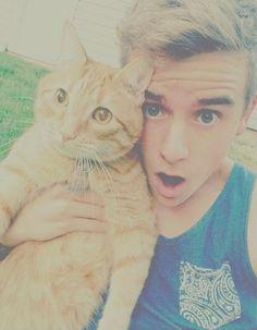 Connor franta and a kitty! Connor Franta, Youtube Vines, Trevor Moran, I Love Him, My Love, Ricky Dillon, Jc Caylen, Tyler Oakley, Danisnotonfire