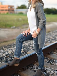 Fall Outfit Inspiration white tank, ripped jeans, and comfy wedge booties Wedges Outfit, Outfit Jeans, Wedge Booties Outfit, Ankle Booties, Fall Winter Outfits, Autumn Winter Fashion, Fall Photo Outfits, Winter Clothes, Winter Wear