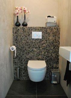 Chouette les WC avec un mur en carreaux cassés
