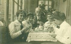 Mi bisabuelo Antonio Lloret Mingot con sus tres hijas (mi abuela es la primera de la izquierda) y una sobrina en su domicilio barcelonés de la Rambla de Cataluña 13. La foto es de 1914.