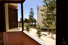 """Apt. T4 na Av. Beira-Mar de Armação de Pêra. Vista sobre o mar da varanda do apartamento. Está perto de uma das melhores praias do Algarve e de todo o tipo de serviços e comércio (farmácia, supermercados, padaria, bares, restaurantes, bancos, entre outros).  O apartamento tem quatro quartos, cozinha e marquise, duas casas de banho, sala de estar com ar-condicionado e varanda, onde poderá desfrutar das suas refeições com o mar """"à janela.""""  Contacte-me: +351 926507375…"""