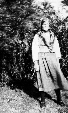 Maria A. Streitlien i Østerdalsbunad. (Damask-bunad) Både Borghild og Maria hadde slike bunader.