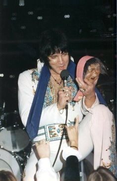 Elvis on December 1976 in Atlanta, Georgia at the Omni Coliseum. Elvis Presley Images, Elvis Presley Family, John Lennon Beatles, The Beatles, King Of Spades, Elvis In Concert, Buddy Holly, Chuck Berry, Moody Blues