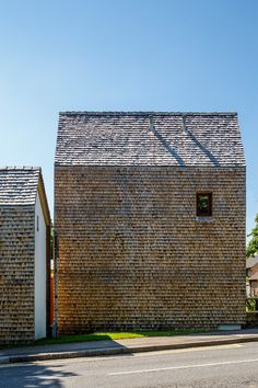 mews houses - wooden shingles cladding end wall + pitched roofs - Whitehill & Borbon, Hampshire, UK - Radian Group, housing association - Ash Sakula Wood Architecture, Residential Architecture, Architecture Details, Stephen Lawrence, Wooden Facade, Mews House, Tin House, Architect House, Cladding
