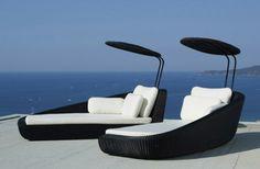 salon de jardin-blanc et noir, minimaliste décoration autour de la piscine et sur la terrasse, des chaises  longues avec des coussins décorative