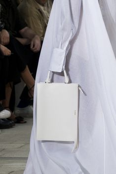 Jil Sander at Milan Fashion Week Spring 2018 - Details Runway Photos Jil Sander, Tod Bag, Simple Bags, Small Leather Goods, All About Fashion, Looking For Women, Louis Vuitton Monogram, Fendi, Runway