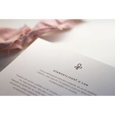 Prírodný 100% recyklovaný papier v spojitosti s čistým dizajnom pre Heavenly.sk 🌸 Heavenly, Place Cards, Place Card Holders, Cards Against Humanity