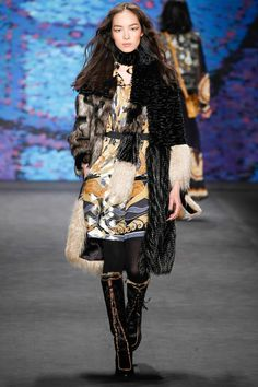 """.@SuzyMenkesVogue reviews the """"boho-deluxe women"""" of the Anna Sui show. Take a look: http://voguefr.fr/SuzyMenkesAtAnnaSui…"""