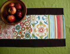 table runner with zig-zag ribbon: nice. good idea.