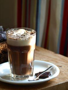 Ein köstliches Rezept für heiße Schokolade von studentenfutter-blog.de!  - 250 g gute Zartbitterschokolade (~70% Kakaoanteil)  - 1 Liter Vollmilch  - 2 EL feinen Zucker  - 1 Messerspitze Vanillemark  - 200 ml Schlagsahne  #schokolade
