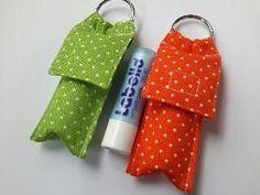 Ik beken ik ben verslaafd aan Labello en ik ben de enige niet, daarom heb ik nu handige stoffen hoesje gemaakt die je als een sleutelhanger ... Scrap Fabric Projects, Fabric Scraps, Accessoires Divers, Creation Crafts, Sewing To Sell, Diy Keychain, Crafts To Make And Sell, Sewing Projects For Beginners, Sewing Crafts