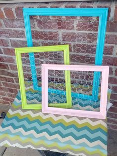 Frame With Chicken Wire - Jewelry, Keys, Picture Display. Diy Picture Frames On The Wall, Picture Frame Crafts, Picture Frame Molding, Collage Picture Frames, Harper Nursery, Chicken Wire Frame, Craft Fairs, Craft Projects, Diy Ideas
