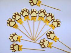 Topper pata de leão no tema safári confeccionada em papel color plus 180 g. Ideal para docinhos, cupcakes, decoração, etc.  OBS.: O PREÇO UNITÁRIO REFERE-SE A 01 UNIDADE.  Medidas do topper: largura 4,80cm x altura 20cm