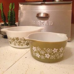 Set of 2 retro 1970s Pyrex casserole dishes will spruce up your kitchenware collection.  Olive green and white flower Crazy Daisy pattern. Marked