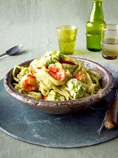 Pasta zum Genießen mit einer cremigen Soße aus Avocado und Feta.