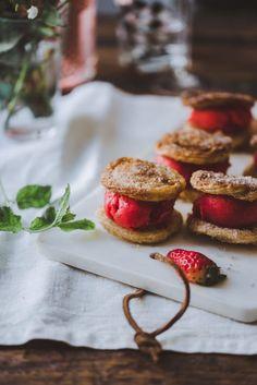 Mansikka-kuohuviinisorbetti, churrokeksit ja malja erityiselle keväälle – Viimeistä murua myöten