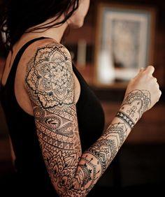 Ragazza con un tatuaggio a manica con mandala fiore di loto ccecddd604f