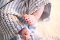 Neulich habe ich Euch von meiner strickenden Freundin Cécile erzählt, die die Babys in unseremFreundeskreis mit Decken und Kissen bestrickt. Heute zeige ich Euch Ihre absolute Lieblingsbabydecke und weil sie so einfach ist, hat sieEuch auch schnell die Anleitung notiert, dann könnt Ihr direkt loslegen. Einfacher geht's nicht:Stockinette (glatt rechts) in zwei Farben ohne irgendeine Umrandung (ich mag wie sich …