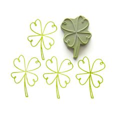 I love this simple line graphic of a four-leaf clover and want to practice drawing it.