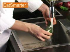 Wie Sie eine Salatgurke zum Verzehr vorbereiten können, das zeigt Ihnen EAT SMARTER in diesem Küchentipp-Video. Jetzt  ansehen!
