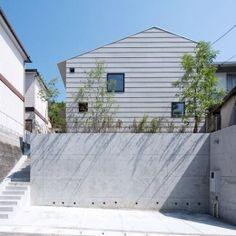 『コヤナカハウス』半屋外空間のドマがある家の部屋 シンプルな外観 Beach Shack, Home And Deco, House Goals, Minimalist Home, Cladding, Exterior Design, Entrance, Living Spaces, House Design
