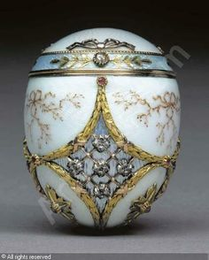 Rare Fabergé bonbonniére. Jewelled two-colour gold, silver gilt and guilloche enamel egg by workmaster Henrik Wigström, 1896-1908