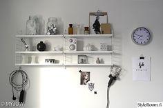 Myjuw'n valkoinen hylly ja tarkkaan asetellut tavarat sulautuvat hienosti seinään. Ihana! :) #styleroom #inspiroivakoti #säilytys #string