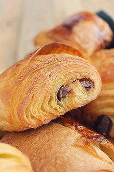 Pains au Chocolat {Comme chez le Boulanger !!} Mini Croissants, Croissant Recipe, Brioche Bread, Cooking Bread, Breakfast Items, Sweet Cakes, Ketogenic Recipes, Dessert Recipes, Desserts