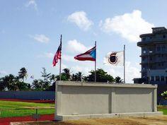 Domingo, 27 de octubre de 2013 a las 8:42 a.m. Museo de Deportes cumplió con la sec. C del artículo 6 que indica que la bandera de Puerto Rico, siempre quedará a la izquierda de la bandera de los Estados Unidos, seguido por la bandera de institución. También sigue el articulo 4 sec. a que cuyo dice que la bandera se ha de usar un asta. Pero no cumple con el artículo 5 sec. que establece que las banderas solo se enarbolará en días laborables. Estas banderas estaban en pobres condiciones.