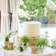 植物に囲まれたウェディングケーキ♡ 切り株の上に乗っててナチュラル感満載!! 手作りのトッパーが可愛く目立ってます♡