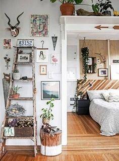 La escalera de madera como un accesorio en un gallery wall de 3-D. Menuda colección de objetos...