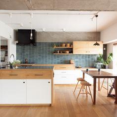 キッチンが中心の家をリノベーションで。タイルが顔になるから、と表情や色に拘って選んだヒースセラミックスの青いタイル。 ★公開しました!新着事例★ 詳細は、HPの施工事例をCheck!プロフィールページに詳細リンク貼ってます。 #キッチン #ダイニング #ダイニングキッチン #オーダーメイドキッチン #ecodeco #エコデコ #リノベーション#EcoDecoでリノベーション#インテリア #リフォーム #タイル #ヒースセラミックス