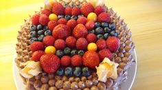 Sjokoladekake pynta med bær.